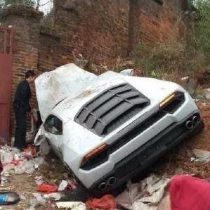 Sieu xe Lamborghini Huracan hong nang khi dam vao bai rac hinh anh