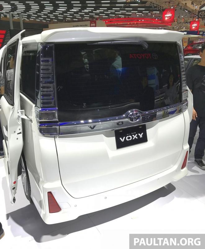 Toyota gioi thieu xe gia dinh Voxy 2017 tai Dong Nam A hinh anh 2