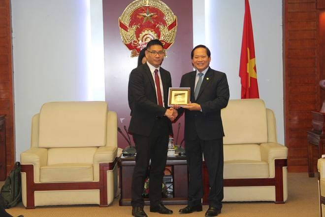 Bo truong Truong Minh Tuan tiep dai dien Facebook hinh anh