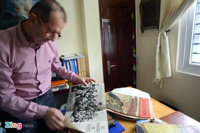 Nguoi Phap luu giu anh doc ve 'Hum thieng Yen The' hinh anh 1 Ông  Guy Lacombe là một doanh nhân người Pháp đã sống và làm việc ở Việt Nam hơn 14 năm. Ông say mê Văn hoá Việt Nam nên  sưu tầm được nhiều cổ vật giá trị. Trong ba năm, Guy Lacombe miệt mài sưu tầm bưu ảnh Đông Dương bằng cách mua bán và trao đổi trên mạng internet và hiện có khoảng 3000 bức bưu ảnh từ năm 1896 đến 1945 .