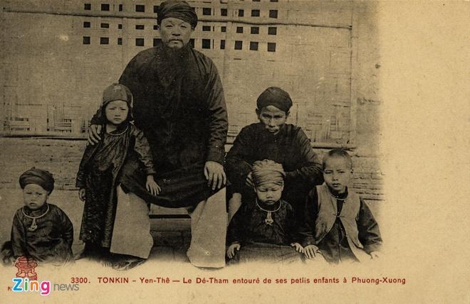 Nguoi Phap luu giu anh doc ve 'Hum thieng Yen The' hinh anh 3 Bức bưu ảnh thủ lĩnh nghĩa quân Hoàng Hoa Thám cùng các cháu tại Yên Thế.
