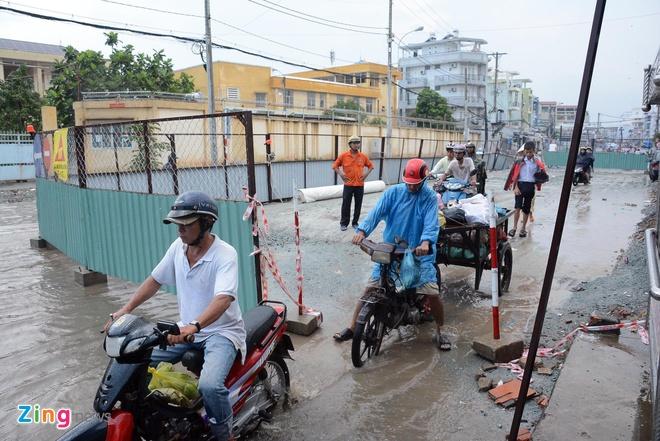 Be trai suyt ngat xiu khi di tren con duong ngap nuoc hinh anh 1 Cơn mưa kéo dài hơn 3 tiếng trưa ngày 27/9/2014, tại TP.HCM đã làm đường Tân Hóa (quận 6) ngập sâu trong nước, nhiều người dân đi qua đoạn đường này gặp rất nhiều khó khăn.