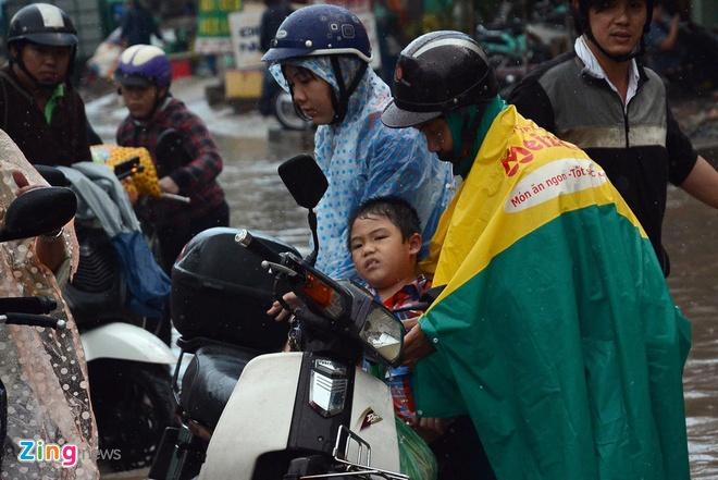 Be trai suyt ngat xiu khi di tren con duong ngap nuoc hinh anh 5 Đường Tân Hoá là con đường thường xuyên bị ngập nặng mỗi khi mưa, khiến việc đi lại của người dân rất khó khăn. Những người sống 2 bên con đường này cũng hết sức khổ sở vì tình trạng liên tục ngập nước này.
