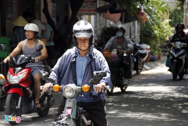 Cu ong 85 tuoi o Sai Gon phuot bang xe may khap 3 mien hinh anh 10