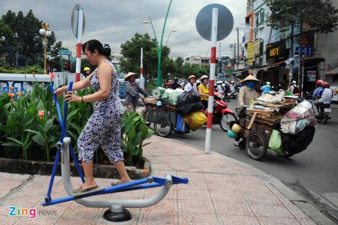 Từ khi có máy tập miễn phí, nhiều người sống ở bên kênh Nhiêu Lộc chăm chỉ rèn luyện TDTT hơn. Vào buổi sáng và buổi chiều, hàng trăm người ra bờ kênh luyện tập, vui chơi.