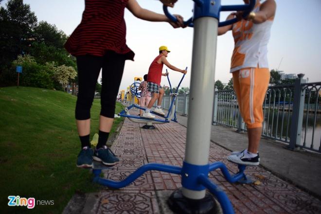 Chị Thanh, người tập thể dục thường xuyên ở đây cho biết, nhờ có máy tập ở ngay vỉa hè dòng kênh nên chị không phải đi vào công viên mỗi buổi sáng, đỡ mất nhiều thời gian.