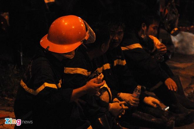 Do vụ nổ lớn, các chiến sĩ PCCC phải ăn tạm bánh mì để tiếp tục có sức làm việc.