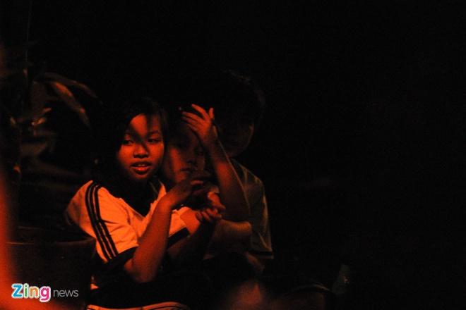 Bé Đoàn Mai Hương (10 tuổi) cùng 2 em của mình phải ngồi vỉa hè vì nhà đã sập. Theo lời bé Hương, mẹ của bé đang đưa bà nội đi tìm chỗ ở, rồi quay lại đón các em sau.
