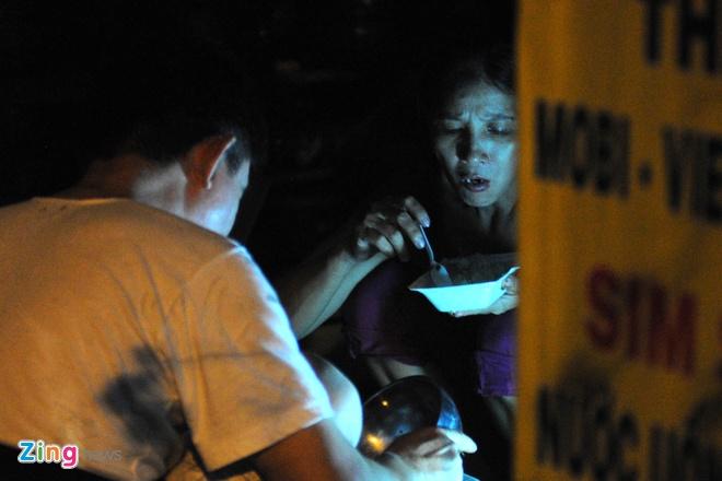 Vụ nổ khiến toàn bộ khu vực trên bị cúp điện hoàn toàn, người dân phải tranh thủ ăn uống trong bóng tối.
