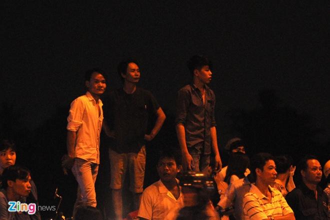 Nhiều người dân hiếu kỳ tụ tập 2 bên đường Lê Thị Riêng để theo dõi sự việc.