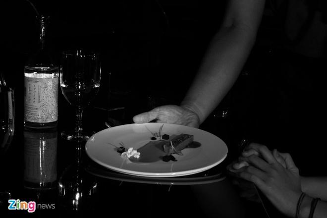 Nha hang an trong bong dem ky la o Sai Gon hinh anh 11 Điều thú vị là khách không biết trước mình sẽ ăn món gì. Khách sẽ thông báo những loại nguyên liệu nào mình thích, cùng với việc cung cấp một số thông tin khác và đầu bếp sẽ tự thực hiện các món ăn dựa trên thông tin chung.