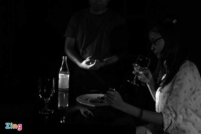 Nha hang an trong bong dem ky la o Sai Gon hinh anh 13 Chính vì vậy, khi thưởng thức món ăn khách tập trung tất các giác quan (trừ thị giác) để cảm nhận được hương vị của món ăn và có cảm nhận chính xác nhất.