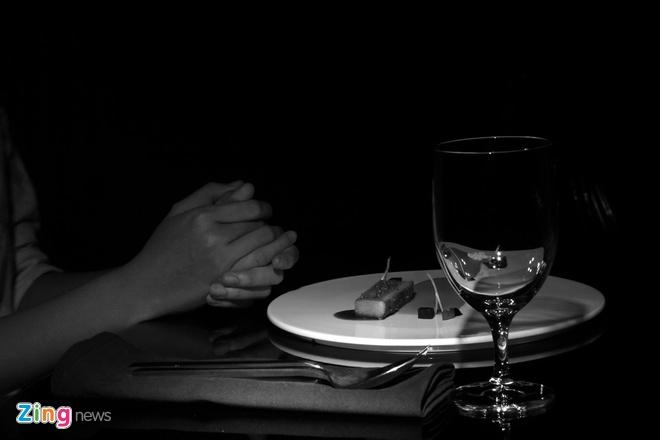 """Nha hang an trong bong dem ky la o Sai Gon hinh anh 12 Tất cả việc ăn uống, trò chuyện đều diễn ra trong bóng tối tuyệt đối. Việc này nhằm tạo sự """"trung thực"""" nhất khi thưởng thức các món ăn mà không bị """"tự kỉ ám thị"""", cũng như giúp xóa bỏ đi mọi khoảng cách trong mối tương tác giữa con người với nhau nhằm đem lại cảm giác thật sự thoải mái nhất."""