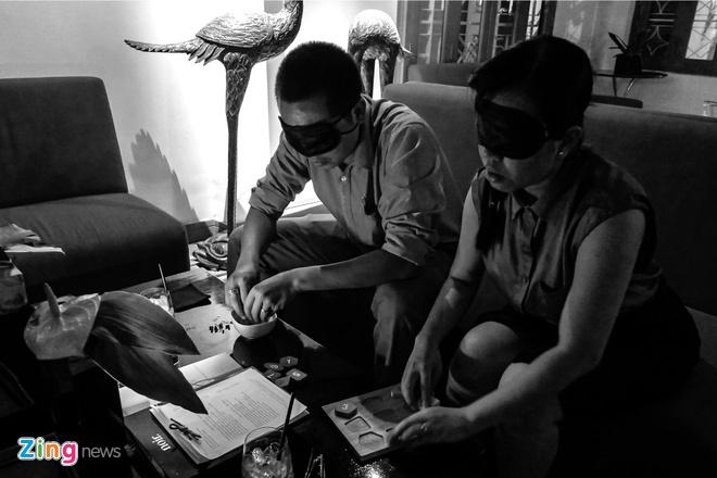 Nha hang an trong bong dem ky la o Sai Gon hinh anh 4 Khách đến đây đầu tiên sẽ được tham gia những trò chơi đặc biệt để làm quen dần với cảm giác của màn đêm như: tìm kim kẹp trong chén gạo, lắp hình vào khuôn.