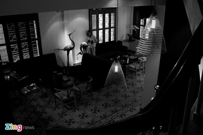 Nha hang an trong bong dem ky la o Sai Gon hinh anh 2 Anh Tú là người say mê sưu tầm các cổ vật truyền thông của Việt Nam. Anh khéo léo trưng bày các tác phẩm sưu tập trong không gian của nhà hàng. 2_zing Bên cạnh những cổ vật tinh tế ngàn năm văn hóa Việt là sự kết hợp hài hòa với đồ nội thất của nhà thiết kế nổi tiếng thế giới Philippe Starck