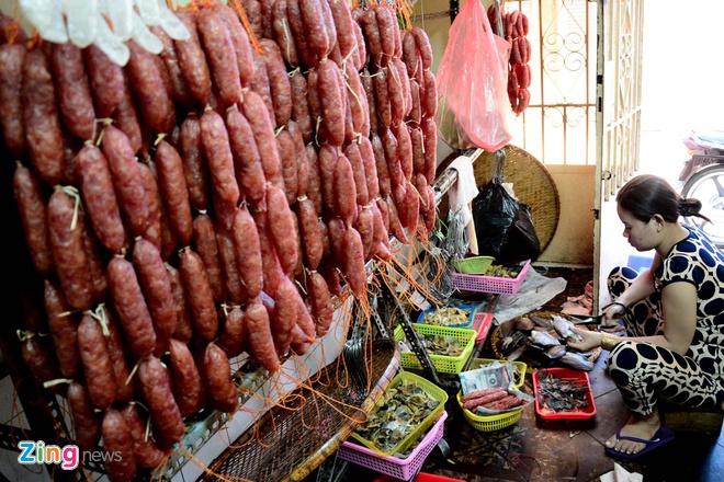 Dan Sai Gon san dac san Campuchia an Tet hinh anh 12 Chợ Campuchia hiện có gần 200 hộ kinh doanh, trong đó có đến 70% là Việt kiều Campuchia hoặc người Campuchia chính gốc) tham gia buôn bán.