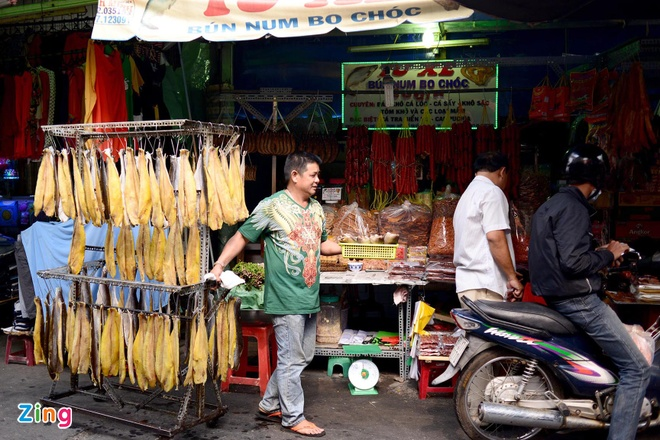 Dan Sai Gon san dac san Campuchia an Tet hinh anh 1 Chợ Campuchia hoạt động từ sáng đến chiều tối, lúc nào cũng tấp nập người mua kẻ bán. Trong đó, hơn 2/3 gian hàng kinh doanh các hàng hóa, thực phẩm của đất nước Chùa tháp.