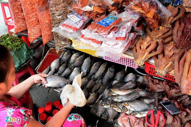 Dan Sai Gon san dac san Campuchia an Tet hinh anh 2 Thực phẩm được bày bán ở đây vô cùng phong phú với những cái tên rất lạ với những du khách lần đầu đến đây như: Cá trèn, mắm bò hóc, bún num bò chóc, đường thốt nốt, lá sầu đâu…