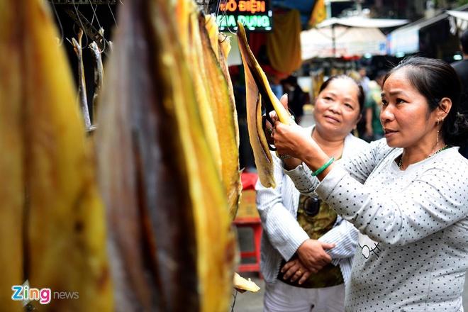 Dan Sai Gon san dac san Campuchia an Tet hinh anh 3 Sản phẩm nổi bật ở chợ là khô cá tra Biển Hồ có giá 270 ngàn đồng/kg, một đặc sản nổi tiếng của Campuchia có màu sắc và hương vị rất hấp dẫn.