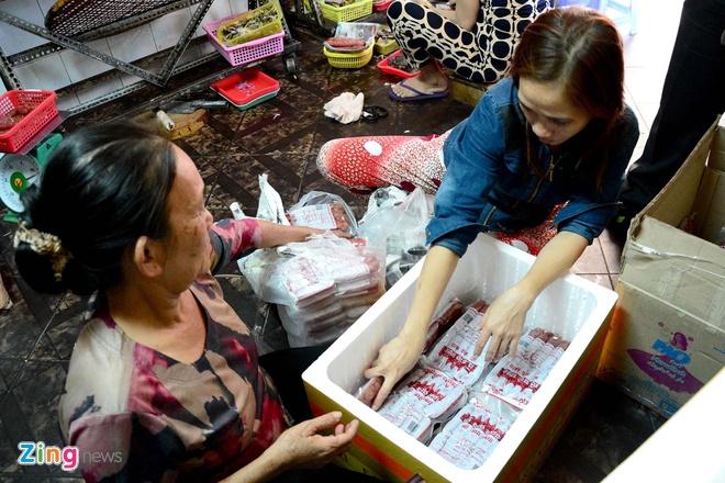 Dan Sai Gon san dac san Campuchia an Tet hinh anh 7 Các đặc sản này được chế biến đóng gói và nhập trực tiếp về chợ để cung cấp cho người dân thành phố cũng như nhiều tỉnh thành khác. Một số người còn gửi quà biếu từ Việt Nam cho người thân qua nước ngoài.