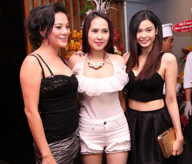 Truong Quynh Anh khoe eo con kien o buoi tiec hinh anh