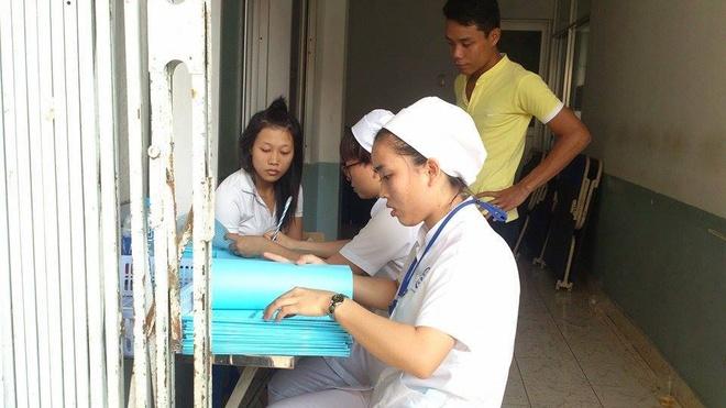Hang chuc cong nhan TP HCM ngo doc thuc pham sau bua trua hinh anh