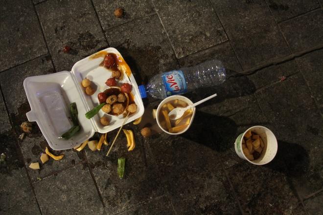 An uong, xa rac tren pho di bo Nguyen Hue bat chap lenh cam hinh anh 2