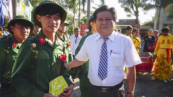 Dua Chu tich huyen dao Phu Quoc len Benh vien Cho Ray hinh anh