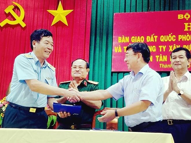 Bo Quoc phong ban giao hon 7.300 m2 dat cho TP.HCM hinh anh