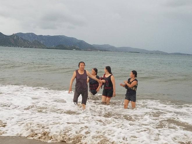 Nguoi dan Ninh Thuan tam bien truoc khi ap thap nhiet doi vao bo hinh anh 2