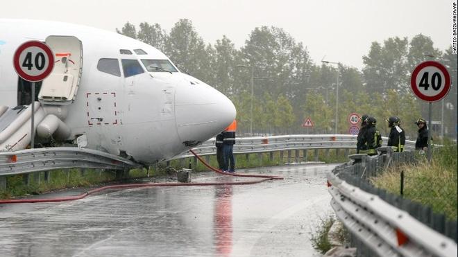 May bay Boeing 737 ha canh bang bung o Italy hinh anh