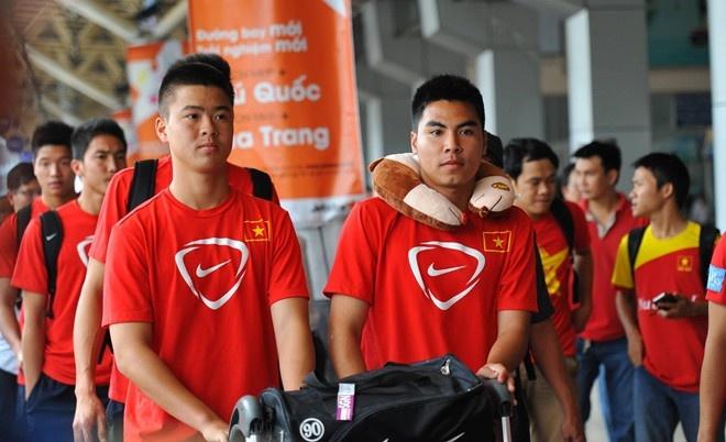 U19 VN tu tin phong van bang tieng Anh, Phap khi xin visa hinh anh