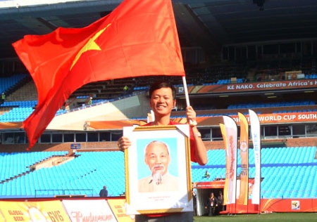 Nguoi mang co Viet Nam, anh Bac Ho den khan dai World Cup hinh anh