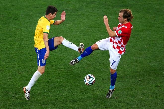 Nhung hinh anh dat gia nhat sau 56 tran World Cup 2014 hinh anh 4 brazils-oscar-and-croatias-ivan-rakitic-dance