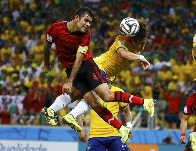 Nhung hinh anh dat gia nhat sau 56 tran World Cup 2014 hinh anh 9 david-luiz-of-brazil-heads-the-ball-away-from-mexicos-rafael-marquez