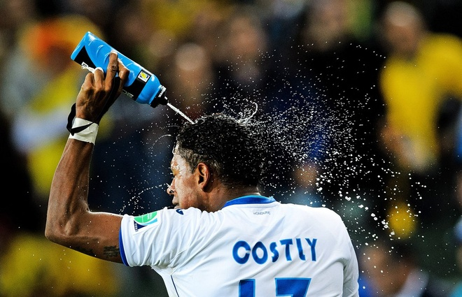 Nhung hinh anh dat gia nhat sau 56 tran World Cup 2014 hinh anh 10 honduras-carlo-costly-sprays-water-on-himself-while-celebrating-his-teams-first-goal