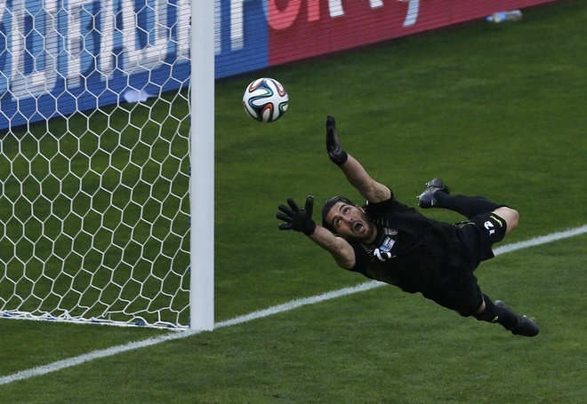 Nhung hinh anh dat gia nhat sau 56 tran World Cup 2014 hinh anh 11 irans-goalie-alireza-haghighi-tries-and-fail-to-save-a-messi-goal.