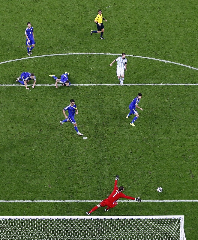 Nhung hinh anh dat gia nhat sau 56 tran World Cup 2014 hinh anh 1 lionel-messi-scores-a-beautiful-goal-surrounded-by-five-defenders.