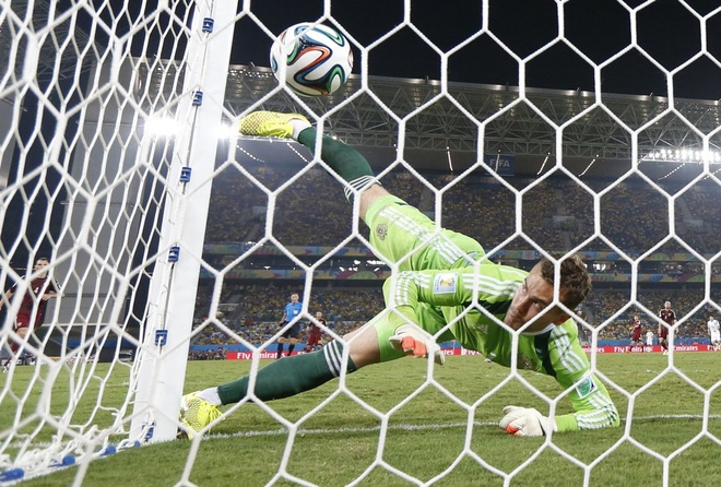 Nhung hinh anh dat gia nhat sau 56 tran World Cup 2014 hinh anh 15 russian-goalie-igor-akinfeev-drops-a-ball-into-the-net-allowing-a-goal-for-south-korea