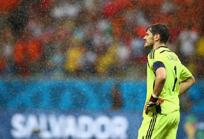 Nhung hinh anh dat gia nhat sau 56 tran World Cup 2014 hinh anh 16 spains-goalie-iker-casillas-looks-on-as-the-rain-pours