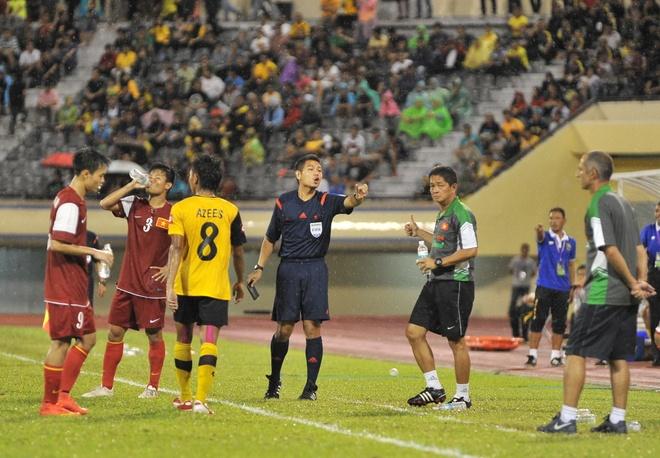 Trong tai Thai tung xu ep U19 VN dieu khien tran hoa Brunei hinh anh