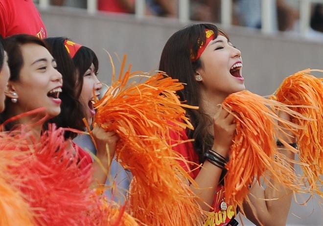 Fan nu cuong nhiet co vu doi vo dich giai Phui Ha Noi hinh anh