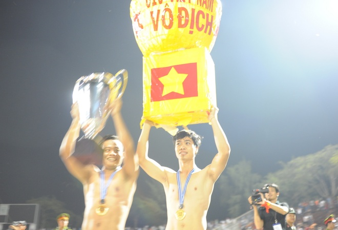 Cong Phuong gian di an mung voi Cup giay du vo dich hinh anh