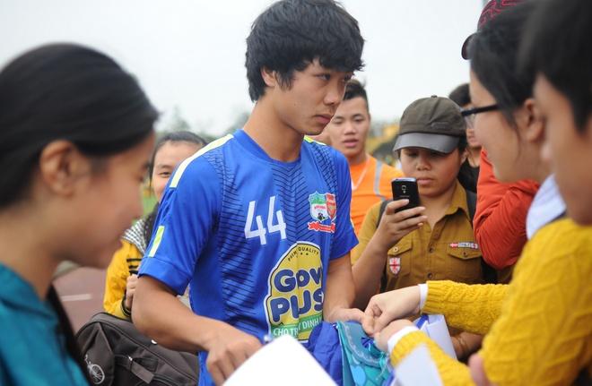 Fan nu Nghe An vay kin, tang qua Cong Phuong hinh anh