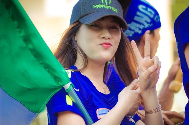 Fan vuot 1.200 km ra Ha Noi tiep lua cho HAGL hinh anh