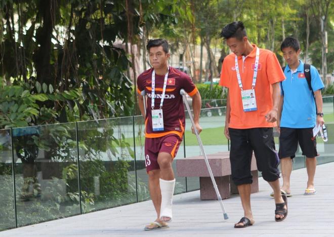 Hau ve U23 Viet Nam chong nang di an cung dong doi hinh anh