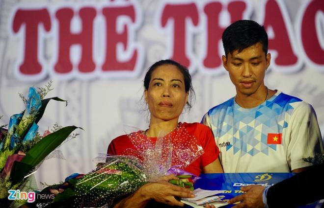 Cong Phuong tang ao dau cho cuu VDV Vu Bich Huong hinh anh 2