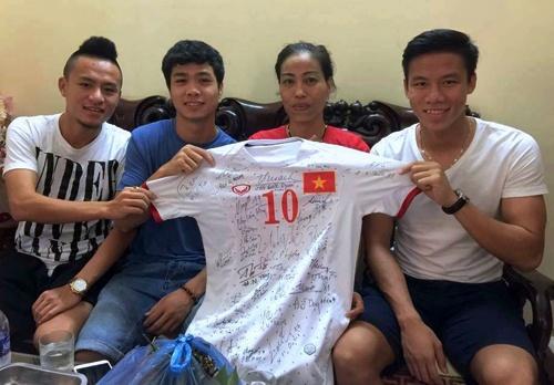 Cong Phuong tang ao dau cho cuu VDV Vu Bich Huong hinh anh
