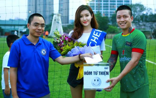Tuan Hung ghi ban trong tran dau voi fan Chelsea hinh anh
