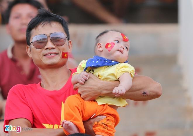 Nguoi Viet tai Lao tung bung co vu U19 Viet Nam hinh anh 2